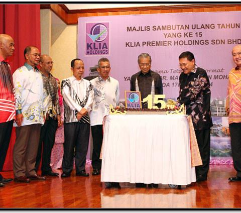 Top Management from left Ir. Mohd Arifin Karim, Dr. Shafie Karimin, Ir. Mohd Hanaffi Ayop, Mr A.Rahman Safar, Mr Nazarudin Mohd Nordin, Tun Dr Mahathir Mohamad, Tan Sri (Dr) Ir Jamilus Hussein and Ir Liang Hian Ching with Tun Dr Mahathir Mohamad.